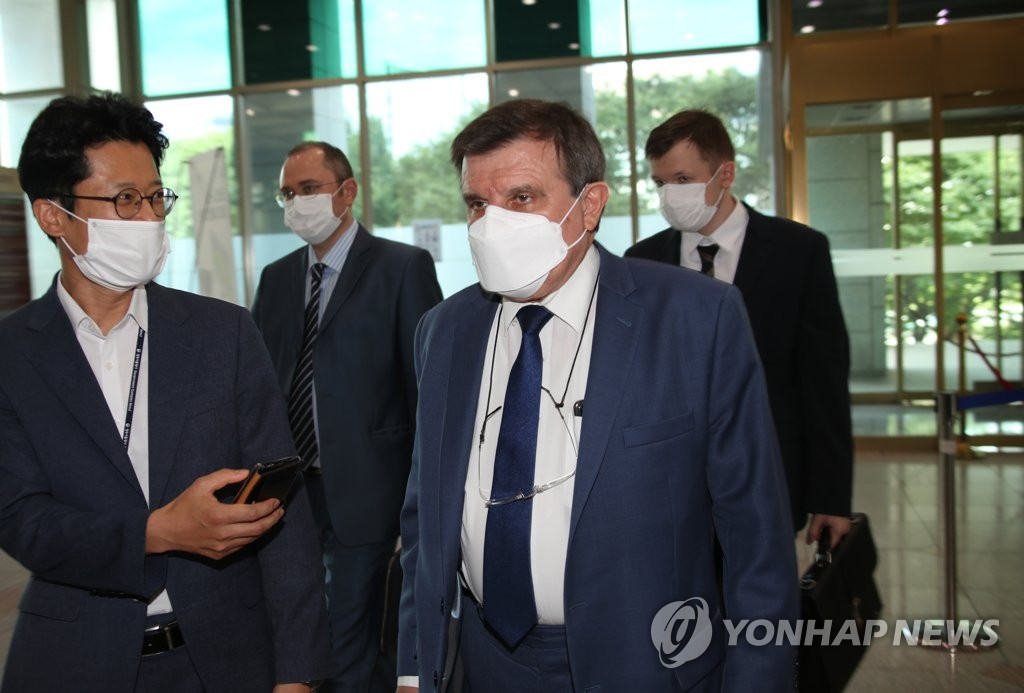资料图片:7月3日,俄罗斯驻韩大使安德烈·库里克右抵达韩国外交部大楼。 韩联社