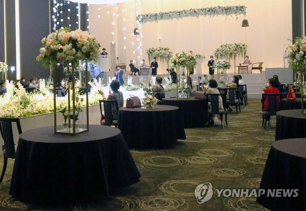资料图片:疫情期间婚礼保持社交距离。 韩联社