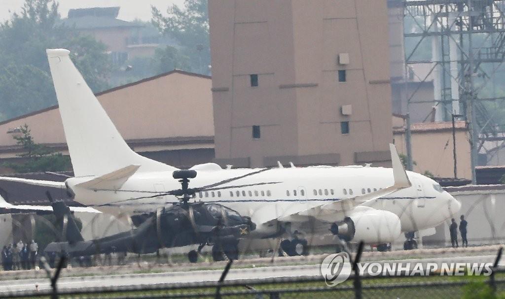 7月7日下午,比根乘坐的美国军机抵达位于京畿道平泽市的乌山空军基地。 韩联社