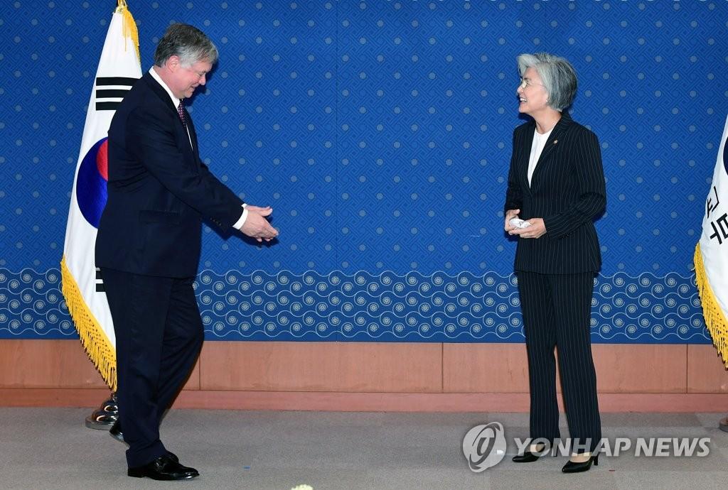 7月8日,在首尔外交部大楼,韩国外交部长官康京和(右)会见到访的美国国务院常务副国务卿兼对朝特别代表比根。 韩联社/联合摄影团(图片严禁转载复制)