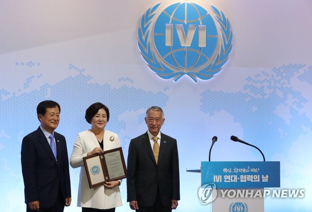 7月8日,金正淑出席国际疫苗研究所(IVI)举办的一项活动,并被推举为国际疫苗研究所韩国后援会名誉会长。图为金正淑与主办方有关人士合影留念。 韩联社