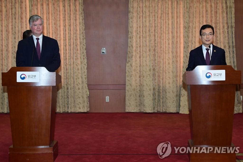 7月8日,韩国外交部次官(副部长)赵世暎和美国国务院常务副国务卿兼对朝特别代表比根在第八次韩美副外长战略对话结束后会见记者介绍对话内容。 韩联社