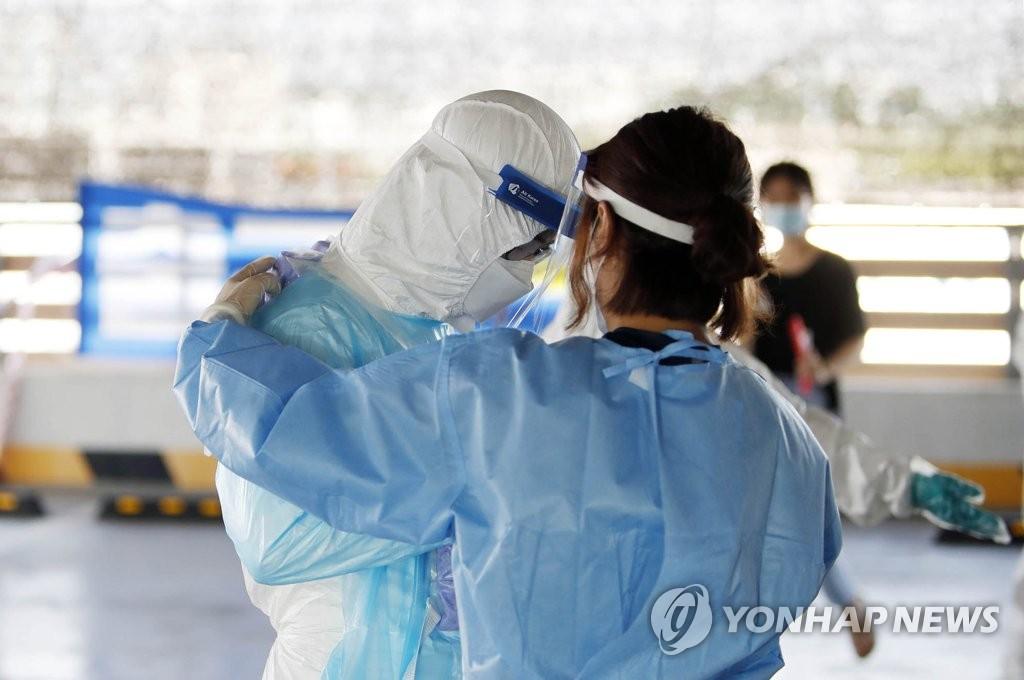 资料图片:疲惫的医疗人员 韩联社
