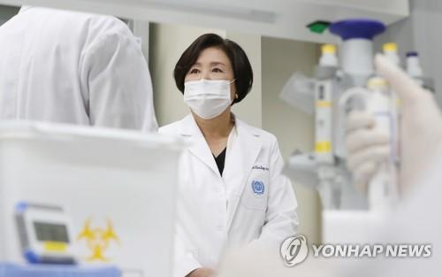 第一夫人访问疫苗研发实验室