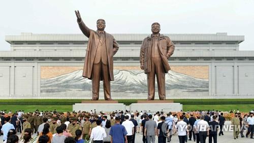 朝鲜民众瞻仰领袖铜像