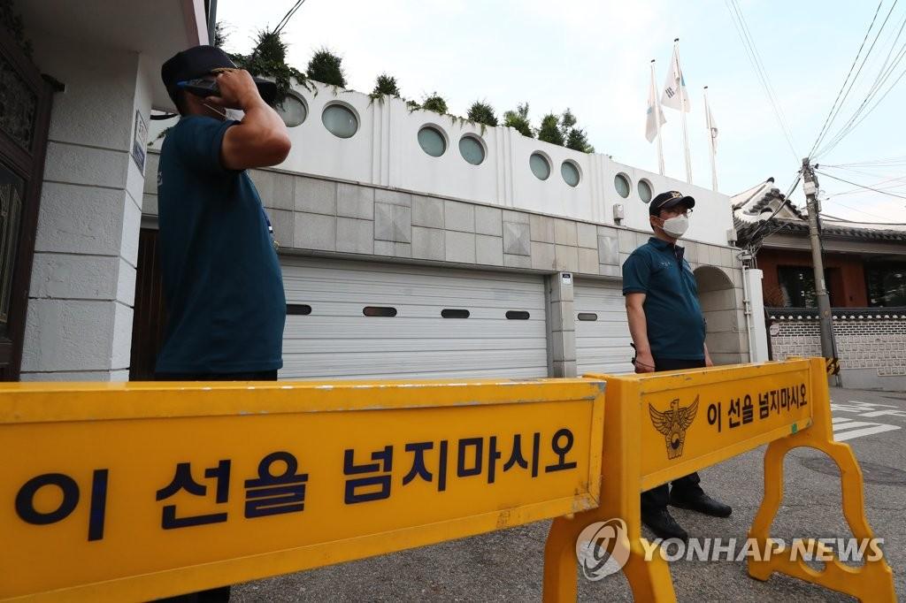 7月9日下午,在首尔市长官邸,警方摆起拒马划设警戒区。 韩联社