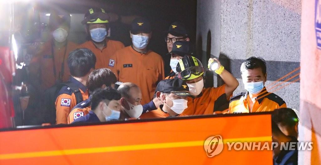 资料图片:7月9日晚,在设于首尔市城北区的指挥总部,韩国119搜救队员讨论有关搜寻首尔市长朴元淳的工作情况。 韩联社