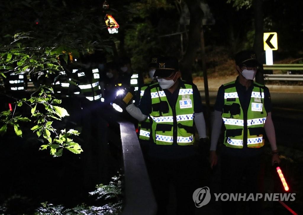 资料图片:7月9日晚,在首尔市北岳山一带,韩国警方接到首尔市长朴元淳失踪报案后展开搜寻工作。 韩联社