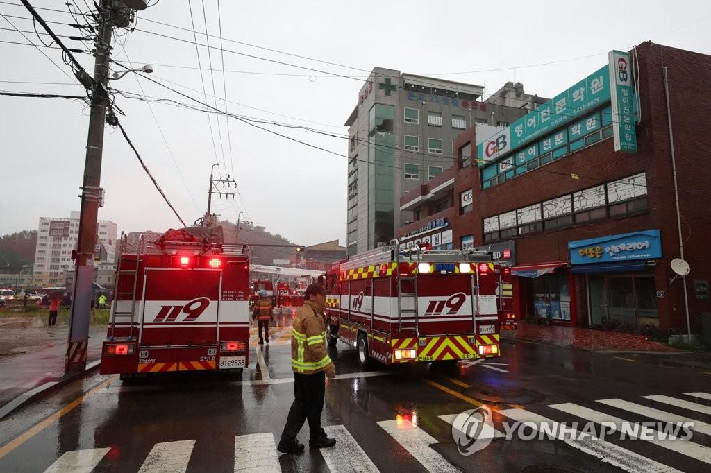 资料图片:7月10日,在位于全罗南道高兴郡的一家医院,消防人员进行清理。 韩联社