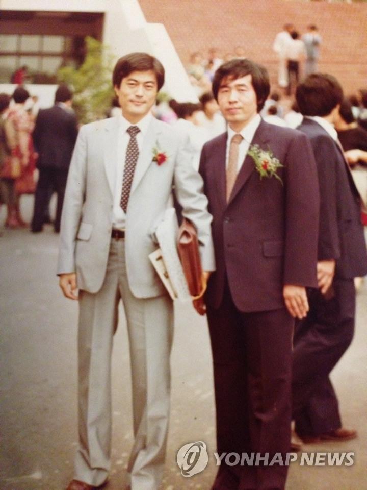 资料图片:青年时期的文在寅(左)和朴元淳在司法研修院结业典礼上合影。 韩联社