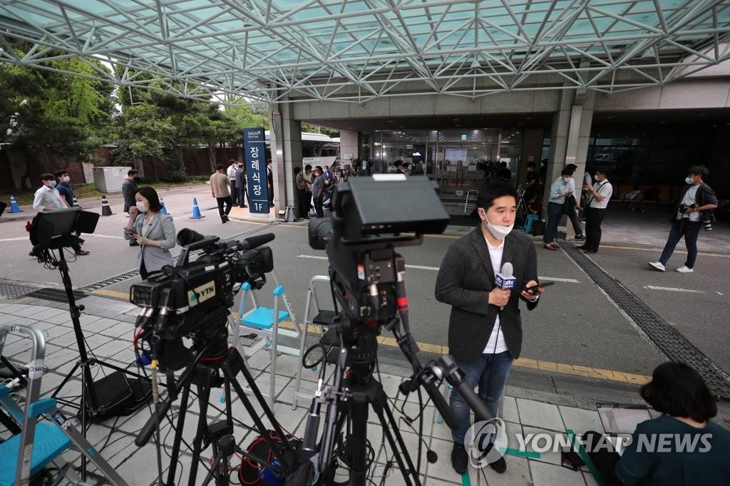 首尔大学医院殡仪馆被记者包围
