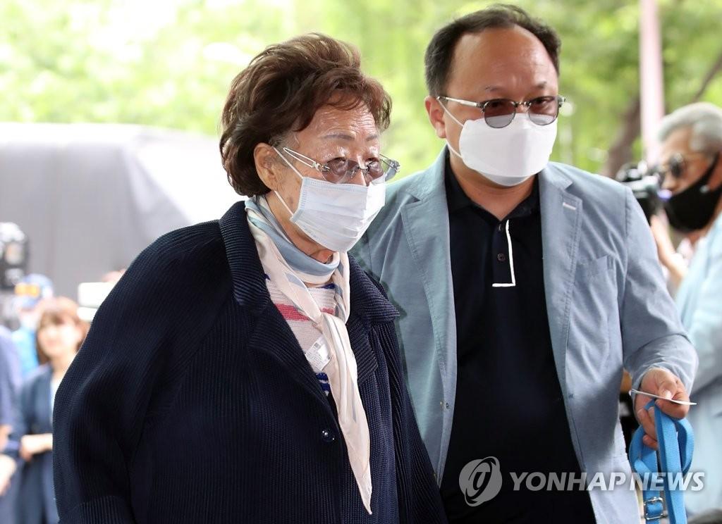 资料图片:7月10日,慰安妇受害者李容洙(左)前往已故首尔市长朴元淳的灵堂。 韩联社