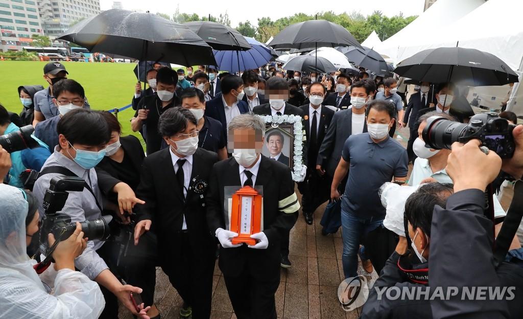 7月13日上午,首尔市政厅,朴元淳的遗属捧着遗像到达遗体告别仪式现场。 韩联社