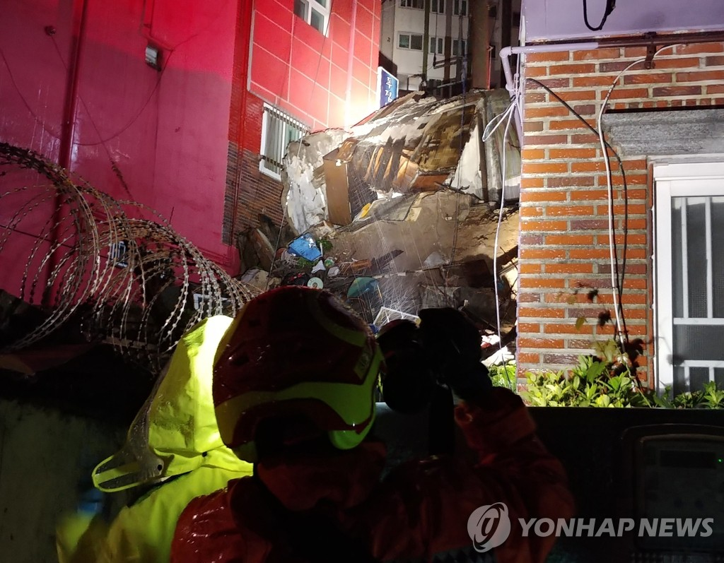 7月13日,在釜山,一处废弃房屋被洪水冲垮。 韩联社/釜山警察厅供图(图片严禁转载复制)