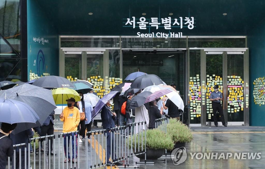 7月13日上午,在首尔市政厅,市民前来参加朴元淳遗体告别仪式。 韩联社