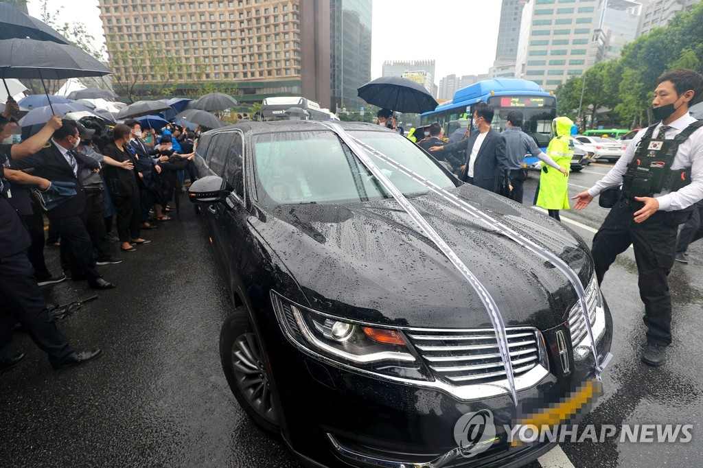 7月13日上午,首尔市政厅,朴元淳的灵车离开遗体告别仪式现场。 韩联社
