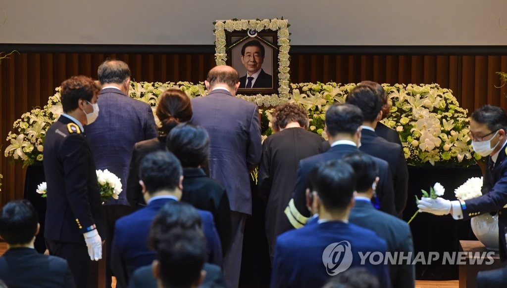 7月13日,在朴元淳的遗体告别仪式上,死者家属向逝者献花。 韩联社/摄影记者团供图(图片严禁转载复制)