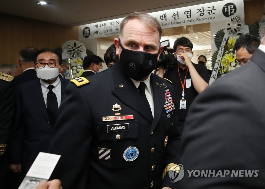 7月13日下午,在设于首尔峨山医院的韩战英雄白善烨将军灵堂,驻韩美军司令罗伯特·艾布拉姆斯吊唁故人。 韩联社