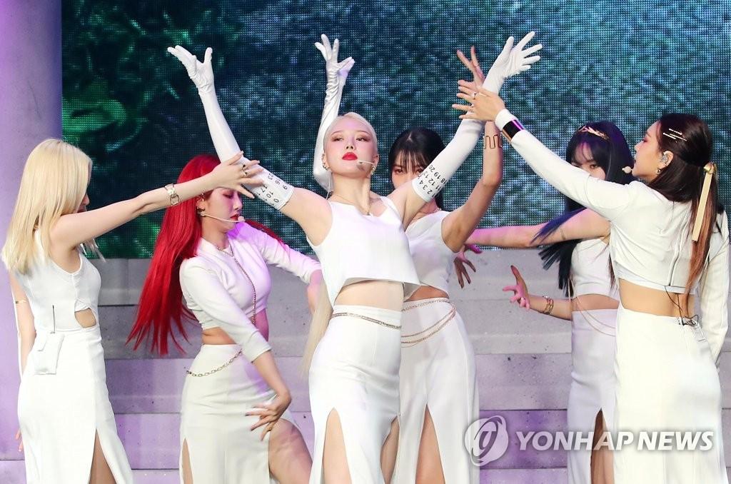 7月13日,在首尔市广津区YES24 LIVE HALL,女团GFRIEND在迷你专辑《回:Song of the Sirens》抢听会上展示新歌舞台。 韩联社