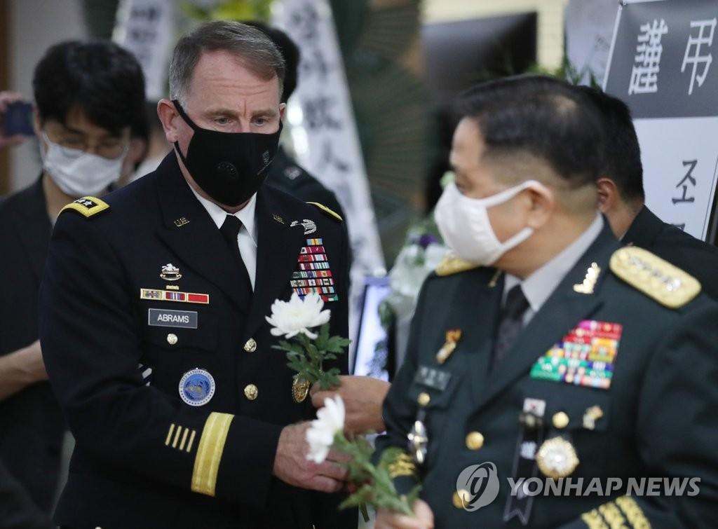 韩美国防高官吊唁韩战英雄