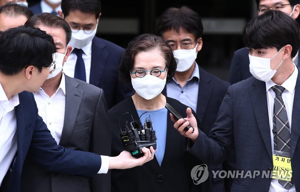7月14日下午,在位于首尔市瑞草区的中央地方法院,李明姬走出法庭。 韩联社