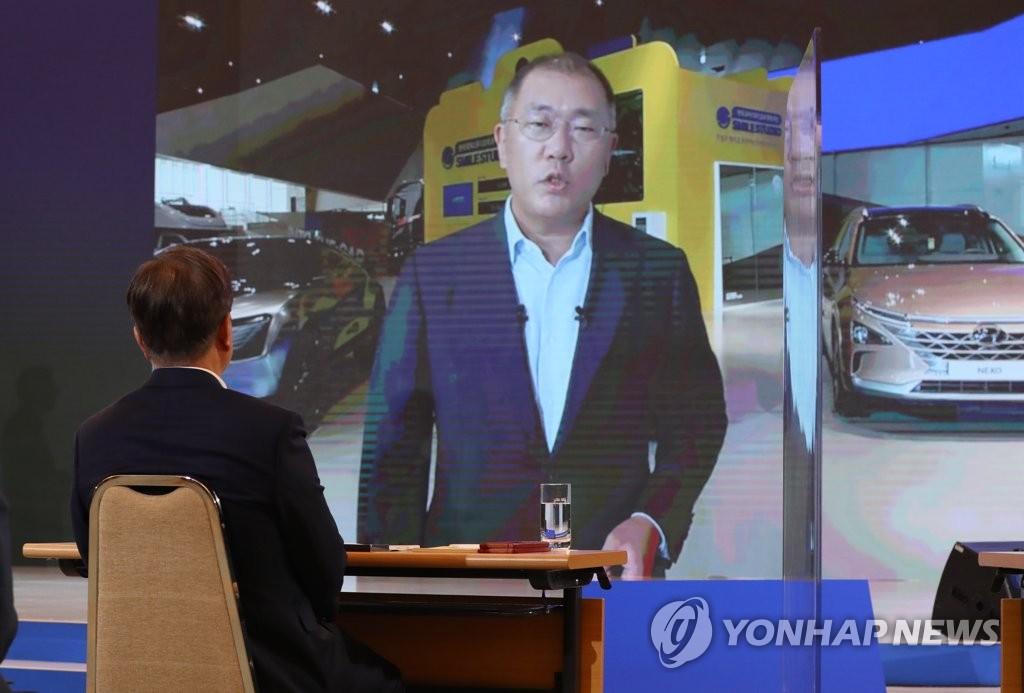 """资料图片:7月14日,现代汽车集团首席副会长郑义宣在线出席政府""""韩版新政""""综合规划对国民报告会,介绍现代汽车绿色新政相关战略。 韩联社"""