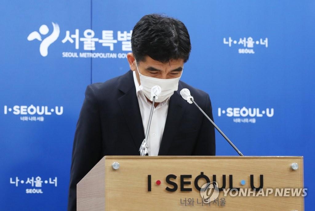 7月15日,在首尔市政府大楼,首尔市发言人黄仁植(音)出席记者会。 韩联社