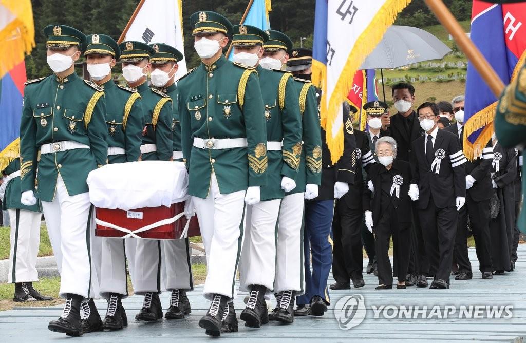 7月15日,已故将军白善烨的安葬仪式在国立大田显忠院举行。 韩联社