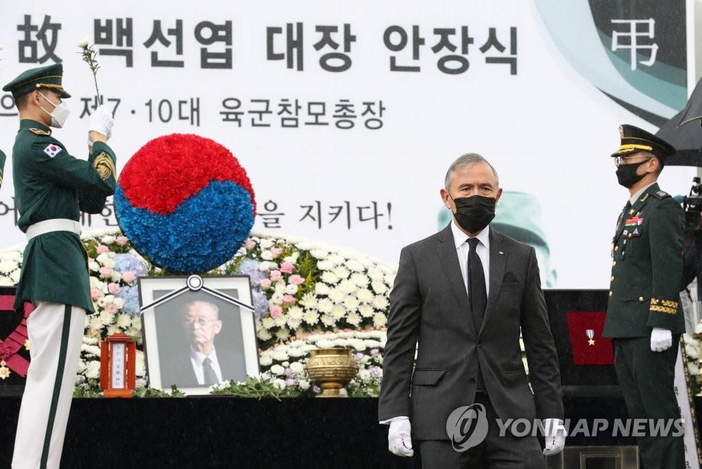 美国驻韩大使向白善烨将军献花