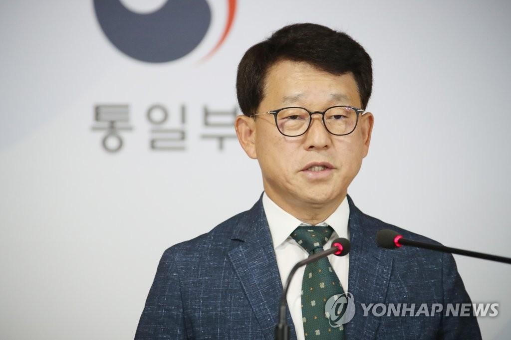 资料图片:7月16日,统一部发言人吕尚基在记者会发言。 韩联社