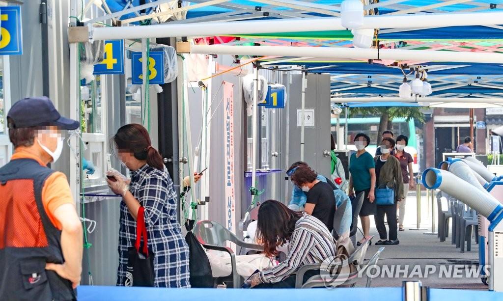 资料图片:接受核酸检测 韩联社
