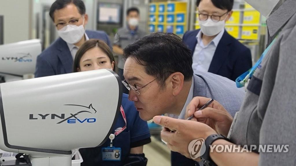 资料图片:7月16日,在釜山,三星电子副会长李在镕视察的三星电机片式多层陶瓷电容器(MLCC)工厂。 韩联社/三星电子供图(图片严禁转载复制)