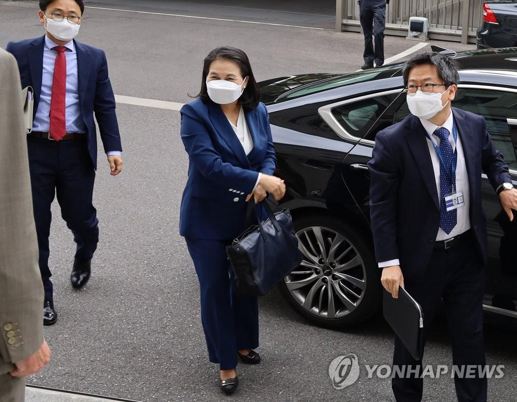 当地时间7月16日下午,韩国产业通商资源部通商交涉本部长、总干事候选人俞明希(右二)准备出席世界贸易组织总理事会特别会议。 韩联社