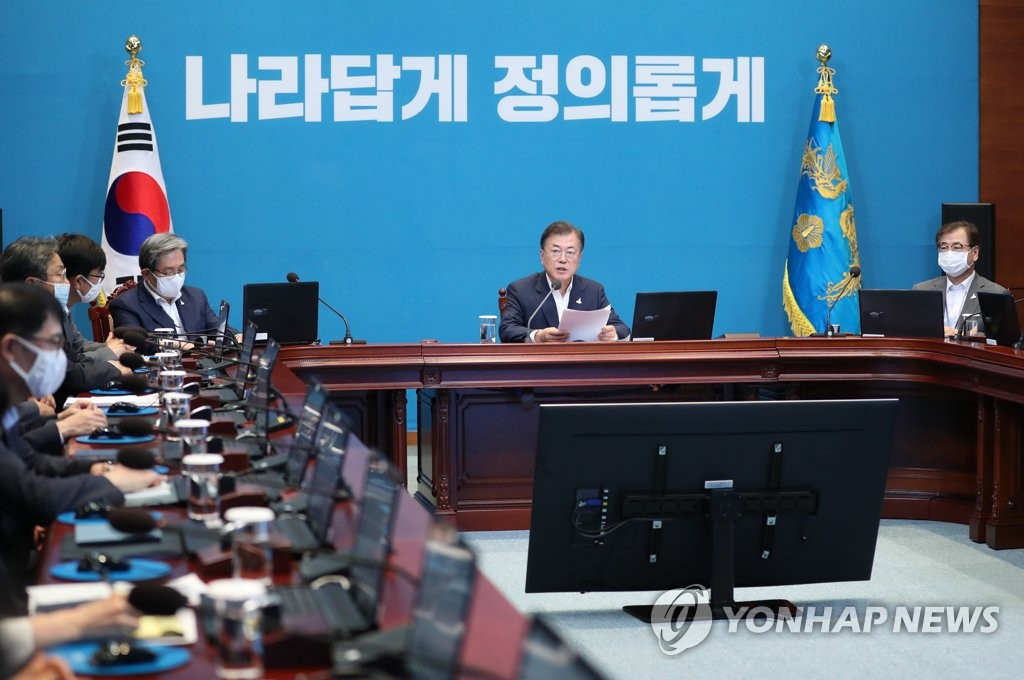 资料图片:7月20日,韩国总统文在寅(居中)在青瓦台主持召开青瓦台首席秘书和辅佐官会议。 韩联社