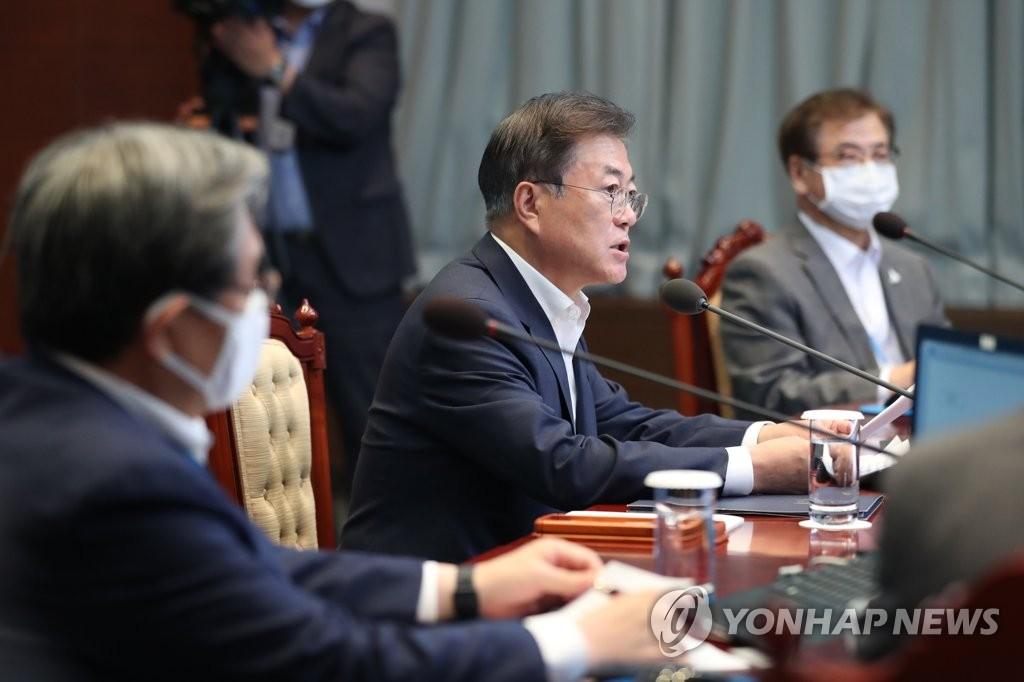 资料图片:7月20日,韩国总统文在寅(右二)在青瓦台主持召开青瓦台首席秘书和辅佐官会议。 韩联社
