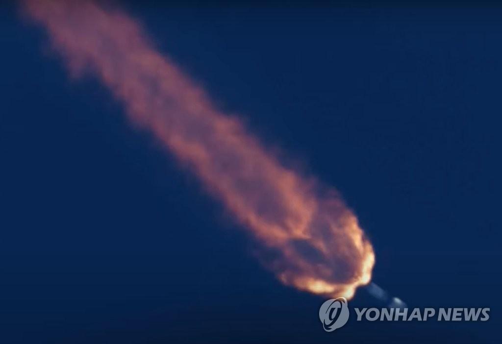 """美国东部时间7月20日上午,在佛罗里达州卡纳维拉尔空军基地,""""猎鹰9""""号火箭载着""""Anasis-II""""号卫星发射升空。 韩联社/SpaceX优兔截图(图片严禁转载复制)"""