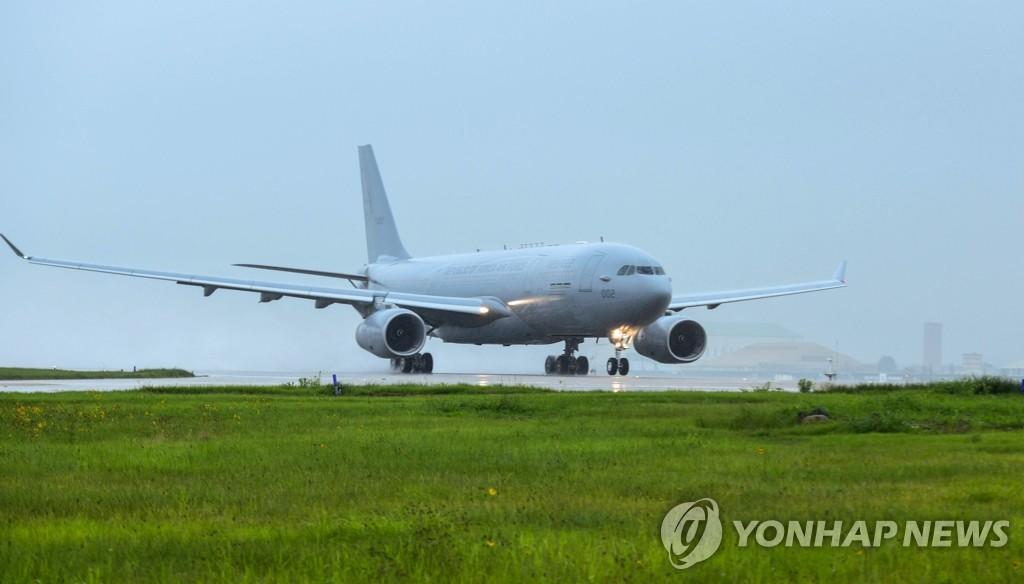 韩军空中加油机从伊拉克撤侨归来