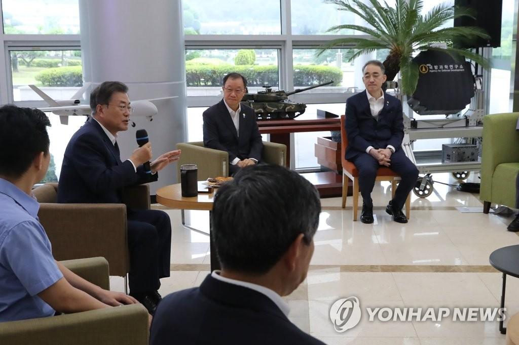 资料图片:7月23日,在大田市,总统文在寅(右三)视察国防科学研究所勉励科研人员。 韩联社