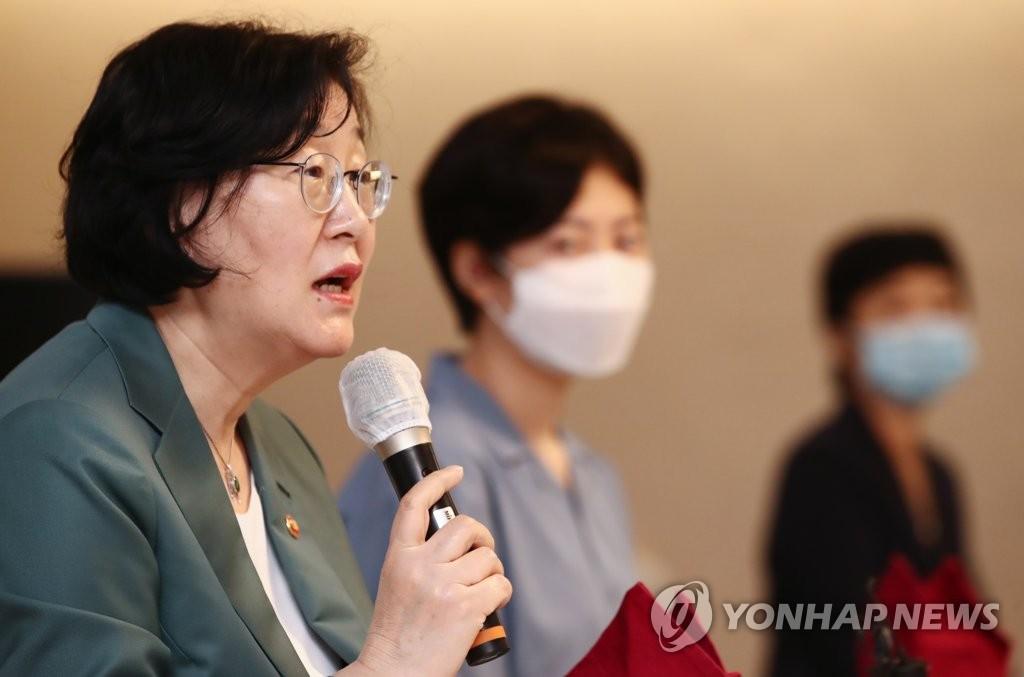 资料图片:女性家庭部长官李贞玉 韩联社