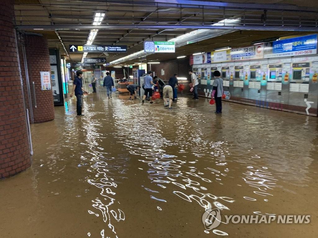 7月23日,暴雨袭击釜山市。图为暴雨导致釜山地铁1号线釜山站站内大面积积水。 韩联社/读者供图(图片严禁转载复制)
