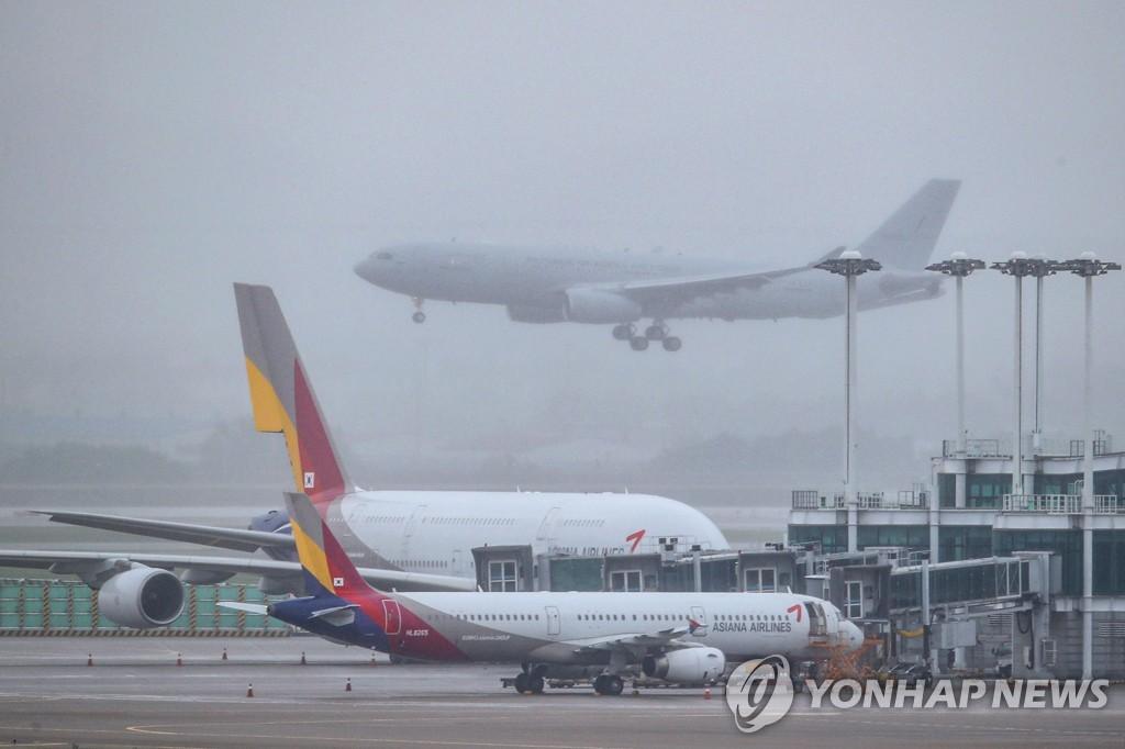 资料图片:7月24日上午,在仁川国际机场,2架韩军KC-330空中加油机从伊拉克载回293名韩侨。 韩联社