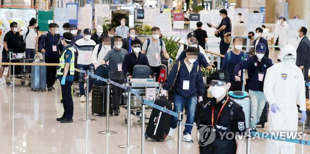 韩赴伊包机返抵仁川接回72名侨民