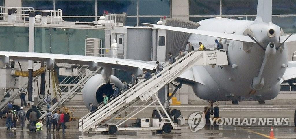 7月24日上午,在仁川国际机场,韩军空中加油机KC-330搭载旅伊韩侨平安抵返。2架空中加油机此次被派遣至新冠疫情严重的伊拉克撤回290多名韩侨。 韩联社