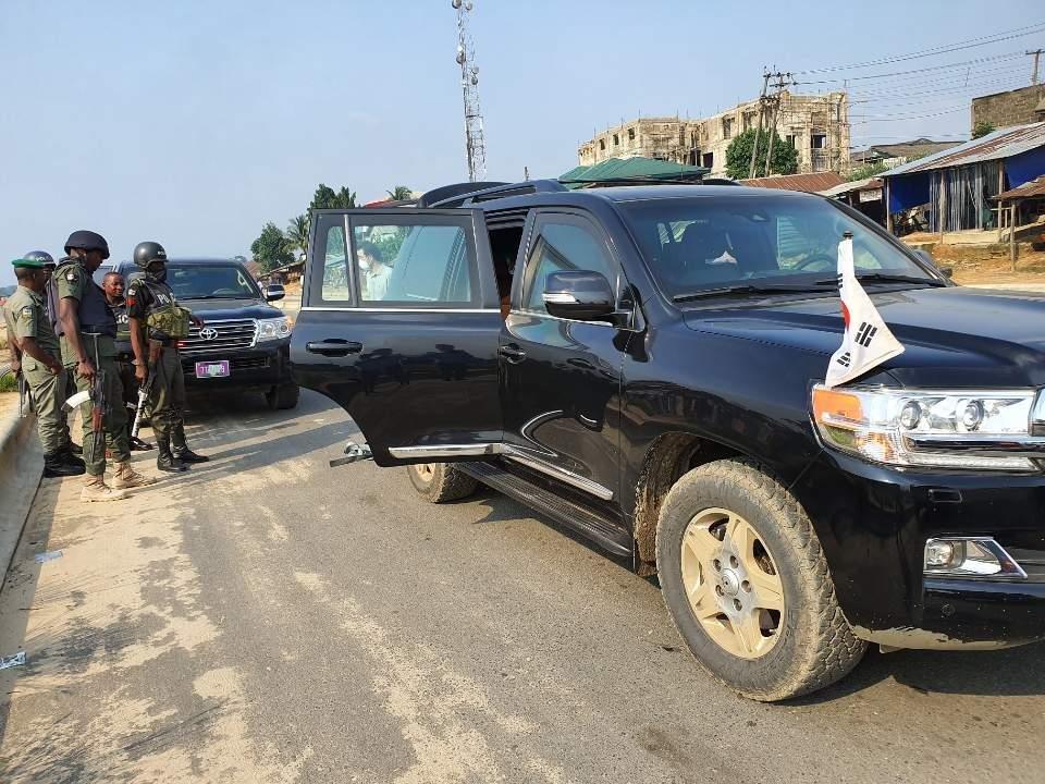 资料图片:7月27日,韩国驻尼日利亚大使馆提供车辆接回7月24日被海盗劫持后获释的5名韩国船员。 韩国驻尼日利亚大使馆供图(图片严禁转载复制)