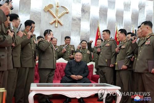 金正恩赠军干部手枪纪念停战协定签订67周年
