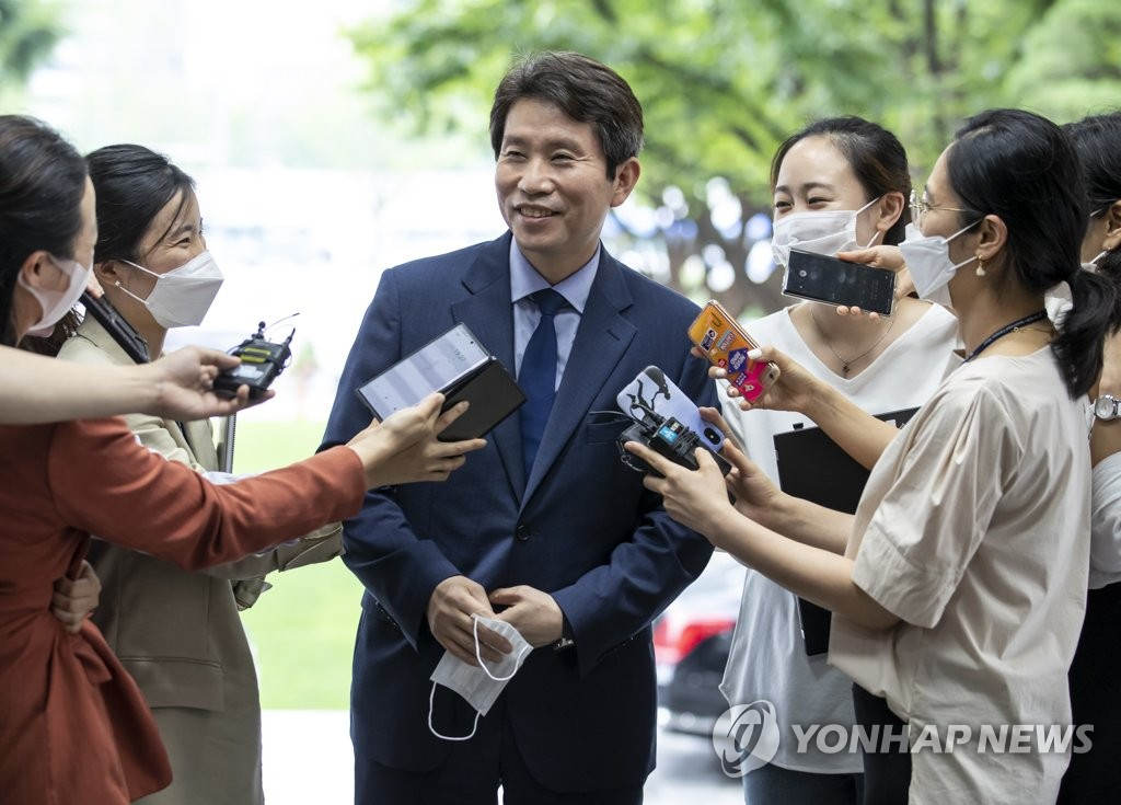 7月27日下午,在中央政府首尔办公楼,李仁荣上班前答记者问。 韩联社