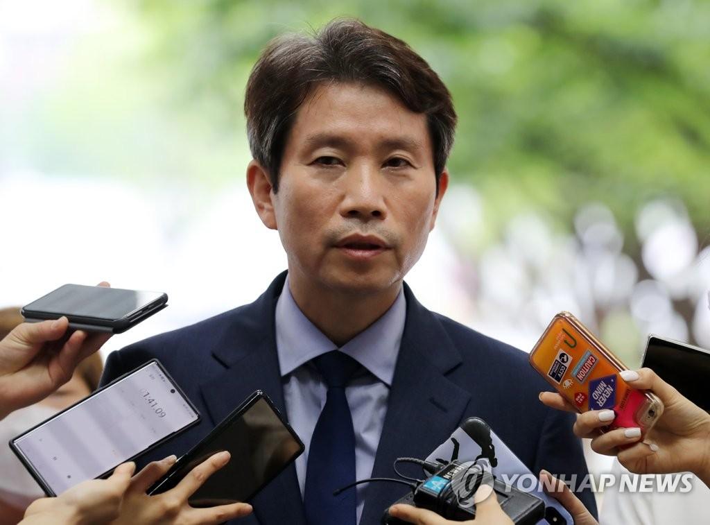 资料图片:统一部长官李仁荣 韩联社