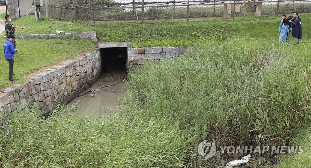 详讯:韩军推测返朝脱北者穿越排水管道渡江北上