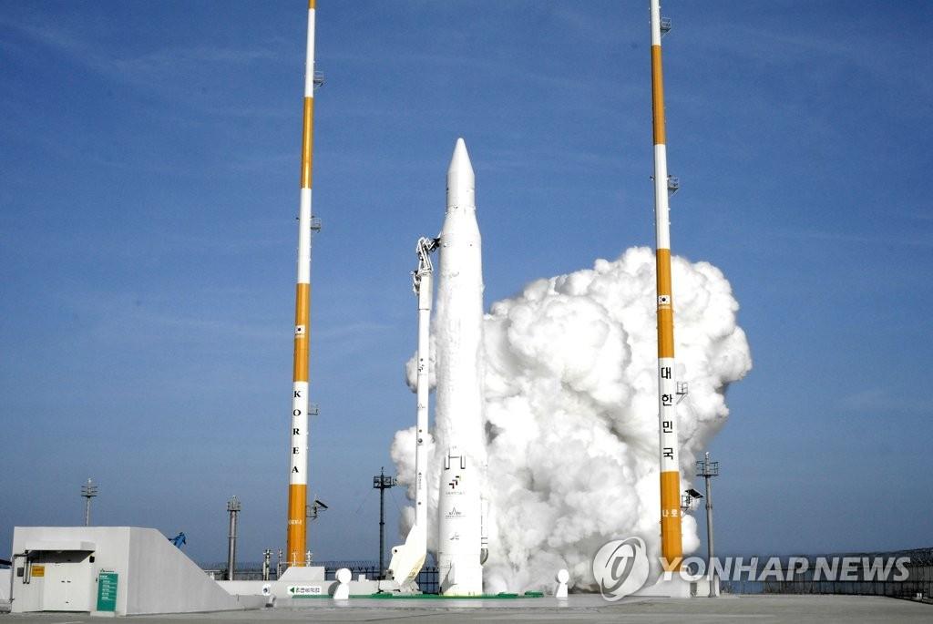 """资料图片:图为韩国首枚运载火箭""""罗老""""号(KSLV-I)发射现场,摄于2009年8月25日。 韩联社"""