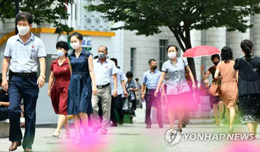 资料图片:平壤市民佩戴口罩出行。 韩联社/《劳动新闻》官网截图(图片严禁转载复制)